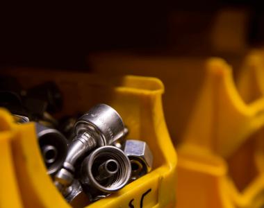 Schrauben in gelber Box
